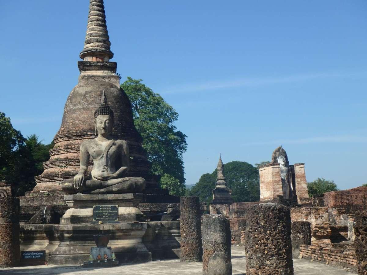 Sukhothai - buddha et chedi