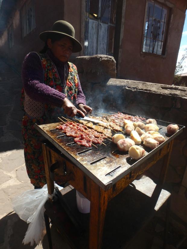 Brochettes d'alpaga, Taquile, Lac Titicaca, Pérou