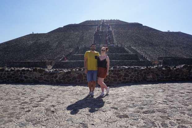 Au pied de la Pyramide du soleil, Teotihuacan, Mexique