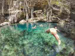 Plongeon dans le Cenote Xbatun, Mérida, Mexique